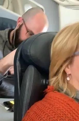吵翻了! 大妈在飞机上调椅背 遭后座疯狂拳击 到底谁是