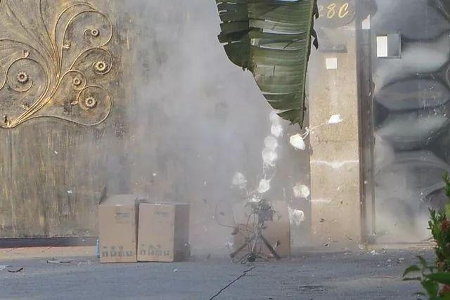 拆弹专家小心翼翼引爆可疑箱子...居然炸出一堆口罩??