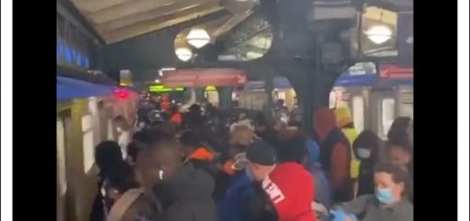 """疫情下纽约穷人挤满地铁去工作,""""死就死吧"""""""