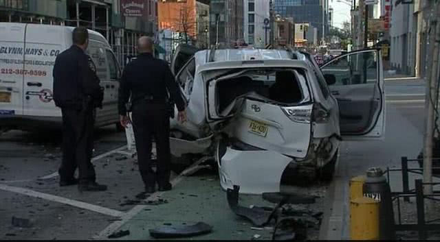 华裔富豪在空旷的纽约市中心毒驾飙车,撞毁530万元限量超跑