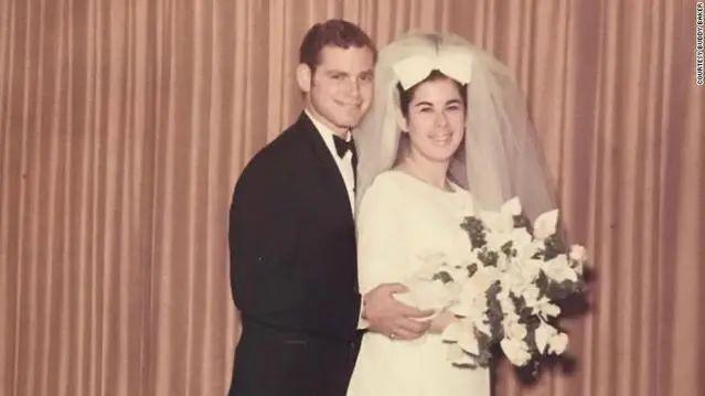 51年相濡以沫,老夫妇俩患新冠后手牵手6分钟内相继离世