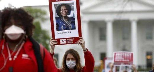 近九万美国医护感染,护士在白宫外示威,高举死于病毒的同事照片