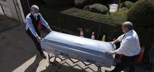 纽约市殡仪馆不堪重负,外地来人用冷冻车取走遗体火化,被称为救星