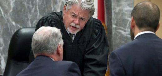 """美国律师线上庭审""""放飞自我"""":有人瘫床上有人穿浴袍,法官警告注意形象"""
