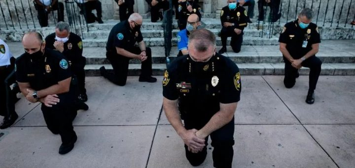 美国各地警察单膝下跪祈求和解 停止战乱!暴乱后的美国: 有人破坏就有人重建!
