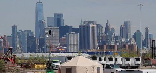 纽约市开辟的巨型停尸场所投入使用,对岸的自由女神像依稀可见