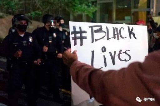 如同战区!美国明尼苏达州警察跪压黑人致死案引发暴乱,现场火光四起