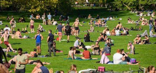 美国天气放晴,纽约两大公园人满为患,警察苦苦四处驱散收效甚微