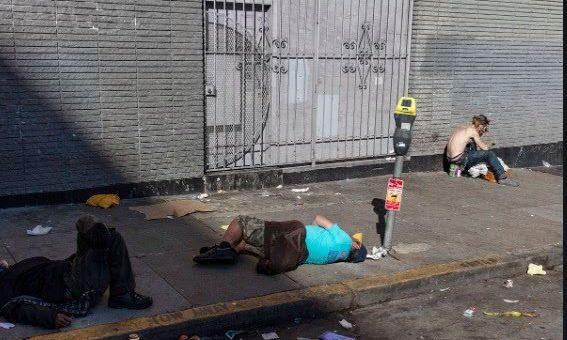 疫情期间担心流浪汉溜走,美国旧金山市提供住宿还供应酒精和毒品