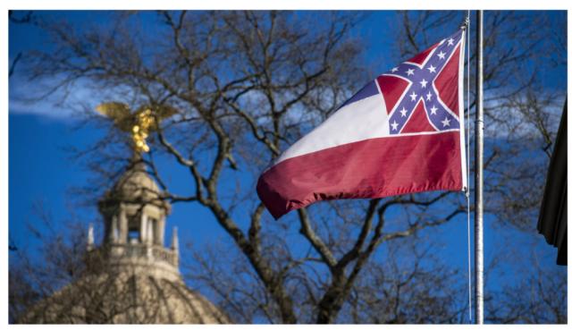 """继""""推倒雕像""""行动升级,密西西比废除邦联符号的百年州旗"""