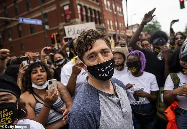 疯狂!一大群美国人冲进沃尔玛狂抢 像蝗虫扫荡洗劫一空 警察正式被