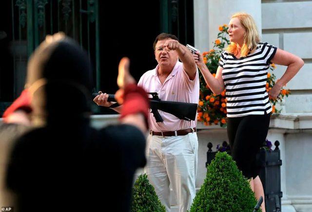 向游行人群挥舞枪支 圣路易斯夫妇接受刑事调查