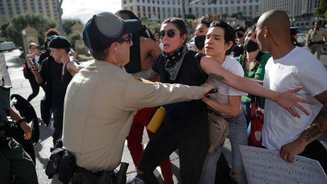 维加斯抗议暴力升高 至少12名警员受伤 80人被捕