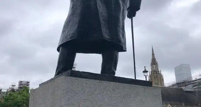 美国又一座南方邦联军雕像被推倒; 美英比爆发最大规模抗议,示威者为何将怒火撒向这些雕像?
