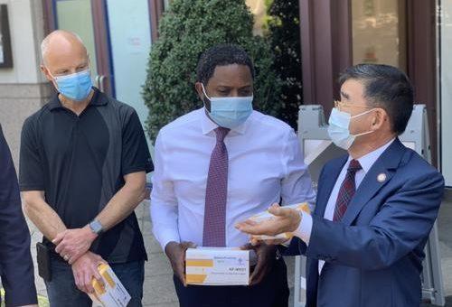 纽约市府官员走访商户 华裔市议员吁关注亚裔商家