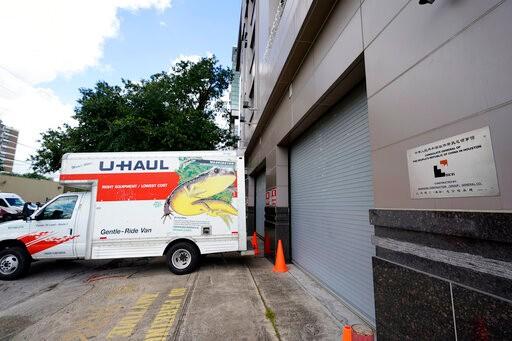 美国官员撬开中国驻休斯敦领馆后门