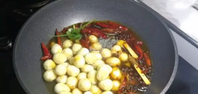 不管煮什么蛋,都不要直接下锅!加入一勺它,口感鲜嫩,剥壳也快!