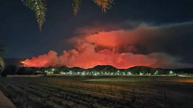 疫情下 美国爆大规模山火! 8000人连夜逃命 烈火吞噬2万亩地 全美疫情最重地区已成炼狱