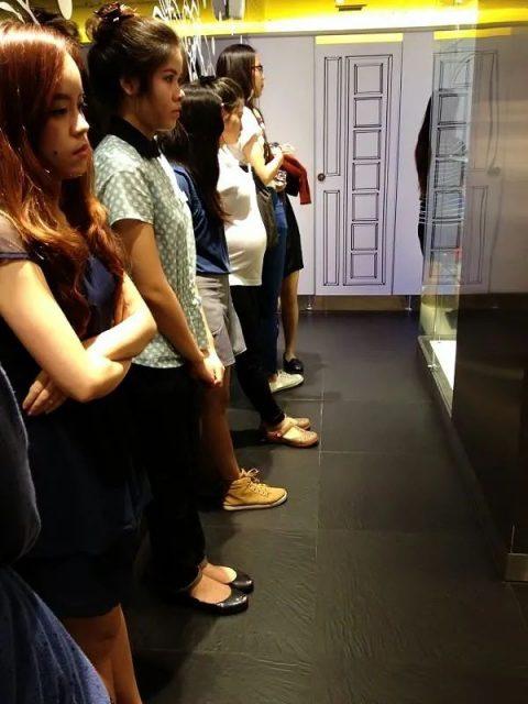 警惕! 28岁亚裔女上厕所感染新冠 无症状感染者进出一次 整个公厕成毒窟
