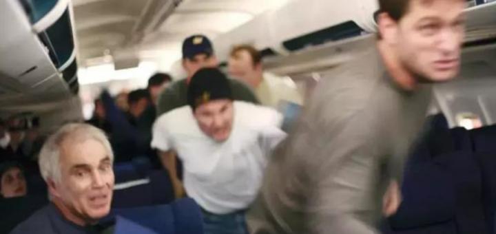 """""""我有炸弹!"""" 飞机就要降落 亚裔男子突然劫机要去温哥华! 空姐当场拔枪!"""