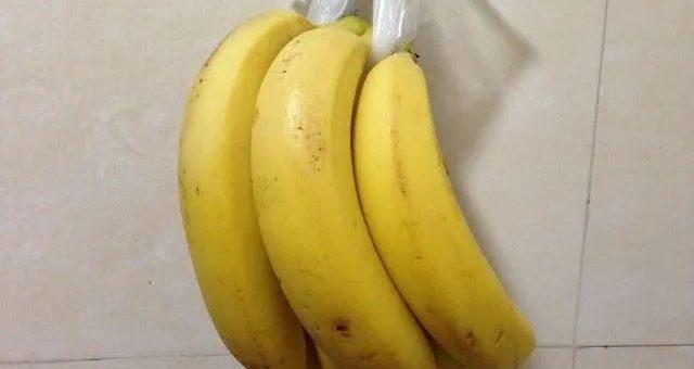 香蕉放在冰箱内皮冻黑了,能吃吗?学会一招,香蕉放一周也不易烂