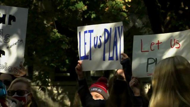 伊州一些高中运动员再次来到州长的办公室门前抗议,呼吁他放宽限制,让他们参加比赛。