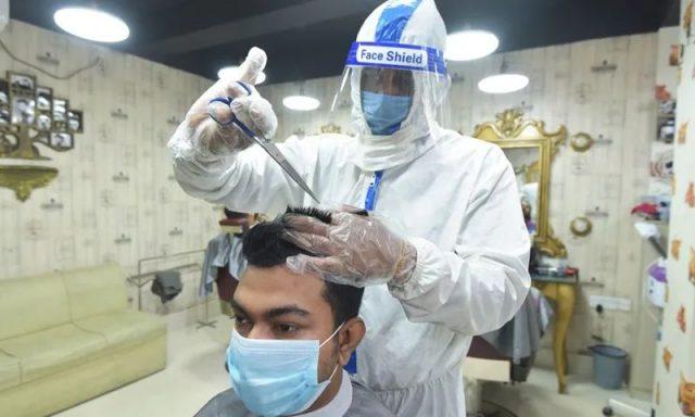 恐怖视频! 感染者说句话 陌生人被喷一脸 戴口罩都挡不住 这个动作最危险!