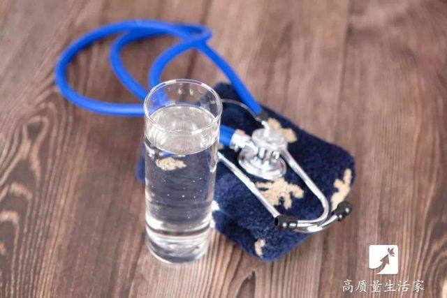 睡前在腋下夹一瓶矿泉水,可以解决很多人的一个大难题,作用很棒!