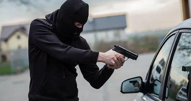 恐怖! 华人夫妇家门口被枪指着头抢劫 只因开着宝马去了一趟沃尔玛!