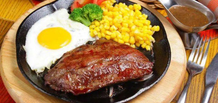 吃牛排时,店家为什么总在盘子里放一个「生鸡蛋」?别瞎吃,会闹笑话的!