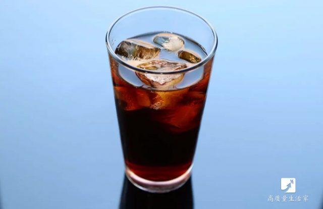 """常喝这4种水,比憋尿还容易伤肾!不想""""尿毒症""""盯上你,请尽量少喝"""