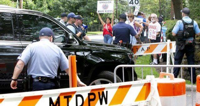 """新泽西州长家被围堵,家长们抗议""""校园口罩令"""""""
