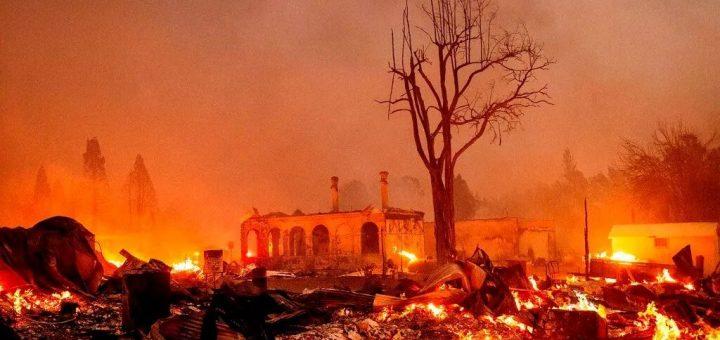 末日景象!加州最大野火因天气突然爆发 淘金热小镇毁于一旦