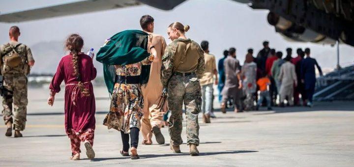 塔利班禁止阿富汗人前往机场 拜登维持31日撤军期限 24小时内千人飞抵DC