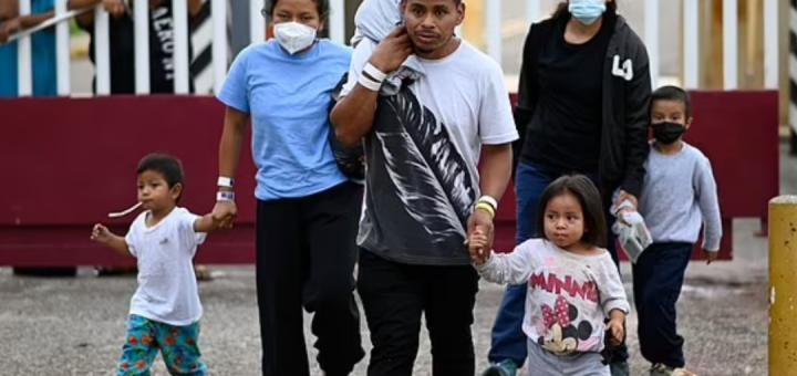 拜登移民政策受打击,留在墨西哥被恢复