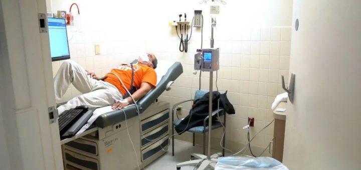 殡仪馆尸体堆到天花板 感染者暴毙家中 ICU医生飙泪: 变种吞噬肺部 让人死更快!