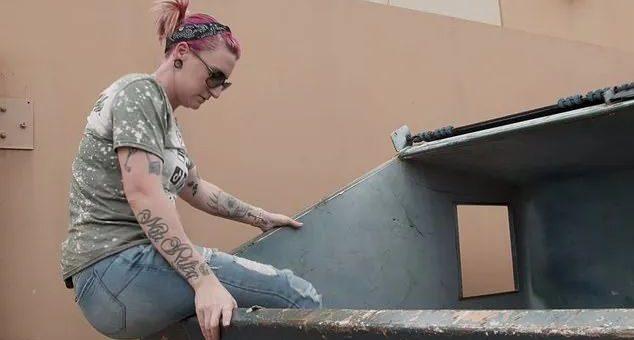 美国妈妈靠捡垃圾月入4k刀,辞职拉着丈夫孩子捡垃圾,网友们被她的发现震惊了