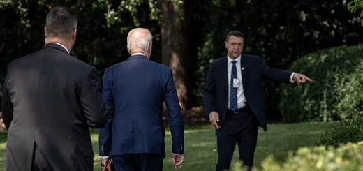 拜登白宫里迷路,亨特性爱视频曝光,美国总统父子俩又抢着上头条