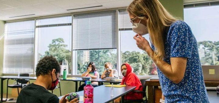 一周25万美国儿童感染新冠,学校还让戴口罩吗?