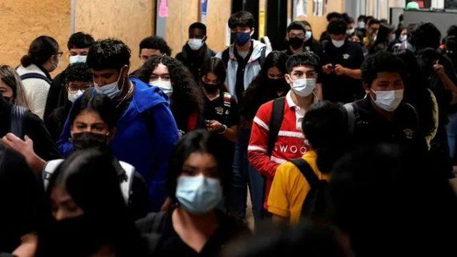 一周25万美国儿童感染新冠,学校还不让戴口罩打疫苗吗?